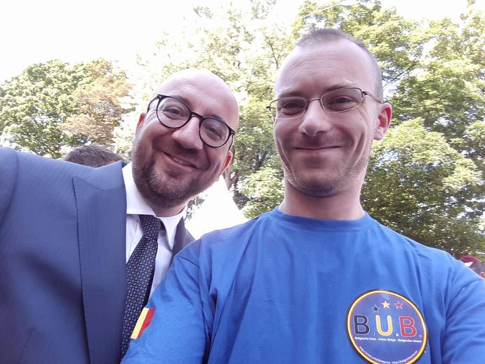 Un membre brabançon du Conseil du parti, Tim Hottelet, avec le premier ministre - Brabants partijraadslid Tim Hottelet met de eerste minister; photo/foto B.U.B.